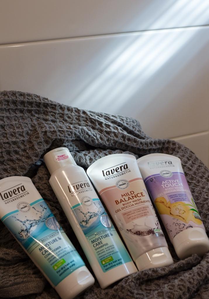 ympäristöystävällinen-Lavera-luonnonkosmetiikka-shampoo-hoitoaine-suihkugeeli