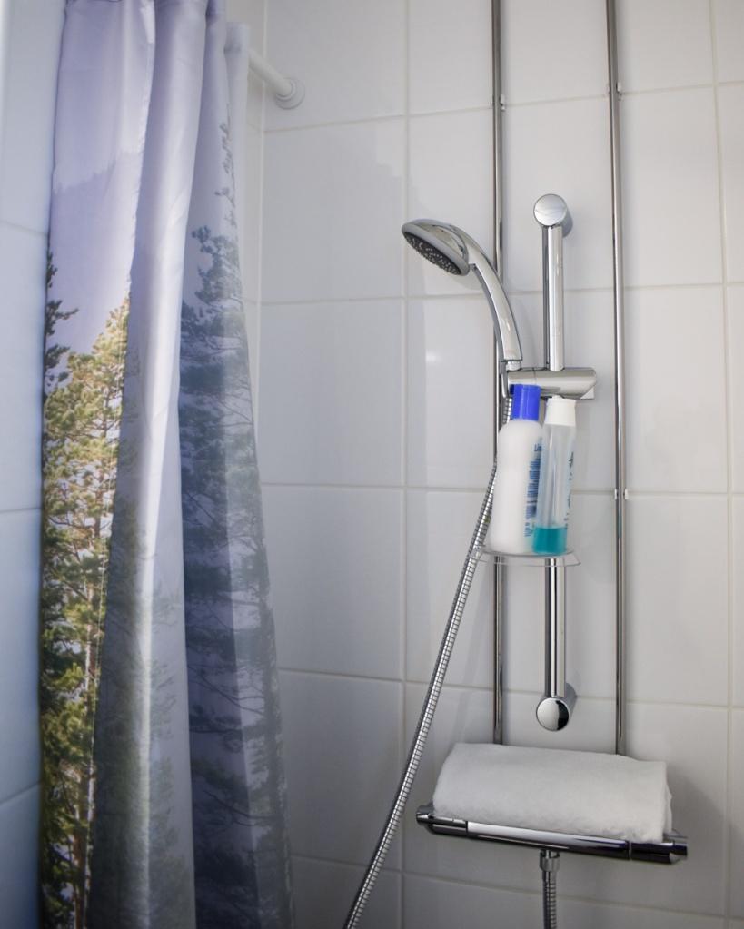 Kalustettu väliaikainen koti suihku
